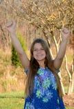 Chica joven feliz con las manos para arriba Foto de archivo