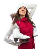 Chica joven feliz con los patines de hielo que consiguen listos para el patinaje de hielo Foto de archivo
