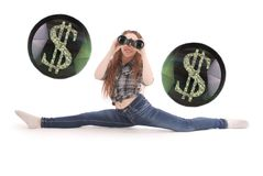 Chica joven feliz con los prismáticos y los dólares de muestra Imagenes de archivo