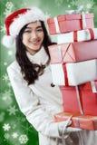 Chica joven feliz con los regalos de Navidad Fotografía de archivo