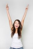Chica joven feliz con sus manos para arriba Fotografía de archivo libre de regalías
