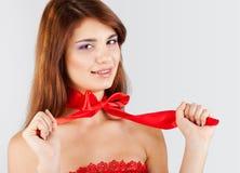 Chica joven feliz con un arco rojo Imágenes de archivo libres de regalías