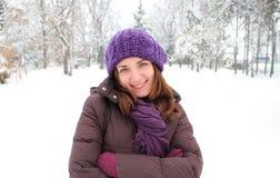 Chica joven feliz con un sombrero púrpura imágenes de archivo libres de regalías