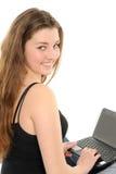Chica joven feliz con una computadora portátil Imagen de archivo