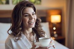 Chica joven feliz con una taza Imágenes de archivo libres de regalías