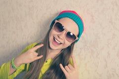 Chica joven feliz contra la pared Fotos de archivo libres de regalías