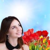 chica joven feliz de la belleza con el colorf fresco del jardín hermoso Imágenes de archivo libres de regalías