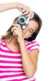Chica joven feliz de la diversión que toma una foto Foto de archivo libre de regalías