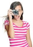 Chica joven feliz de la diversión que toma una foto Fotografía de archivo