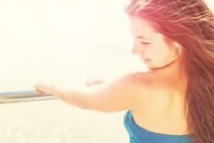 Chica joven feliz de la libertad en un embarcadero Fotos de archivo