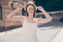 Chica joven feliz el vacaciones en un sombrero elegante y gafas de sol, nosotros fotos de archivo