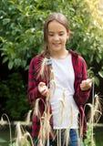 Chica joven feliz en campo de trigo en el día soleado Imágenes de archivo libres de regalías