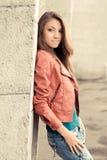 Chica joven feliz en chaqueta roja Fotografía de archivo libre de regalías