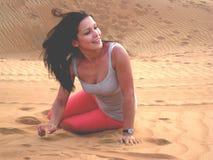 Chica joven feliz en el desierto Imagenes de archivo