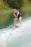 Chica joven feliz en el esquí acuático Fotografía de archivo