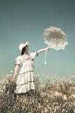 Chica joven feliz en el vestido del estilo rural que estira su mano con Imágenes de archivo libres de regalías