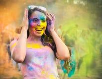 Chica joven feliz en festival del color del holi Fotografía de archivo