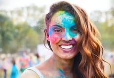 Chica joven feliz en festival del color del holi Foto de archivo libre de regalías