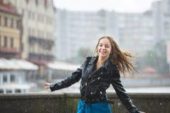 Chica joven feliz en la lluvia Fotografía de archivo libre de regalías
