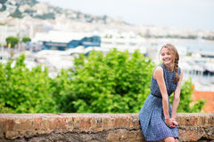 Chica joven feliz en Le Suquet en Cannes Imagen de archivo libre de regalías