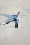 Chica joven feliz en nieve Foto de archivo