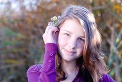 Chica joven feliz en otoño o primavera al aire libre Imagen de archivo libre de regalías