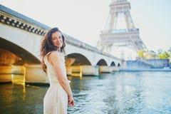 Chica joven feliz en París, cerca de la torre Eiffel foto de archivo libre de regalías