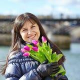 Chica joven feliz en París con los tulipanes Fotos de archivo libres de regalías
