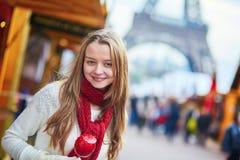 Chica joven feliz en un mercado parisiense de la Navidad Imagenes de archivo
