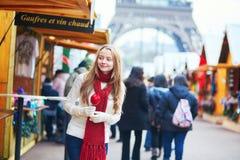 Chica joven feliz en un mercado parisiense de la Navidad Foto de archivo libre de regalías