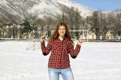 Chica joven feliz en un parque en un día de invierno Fotografía de archivo