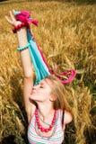 Chica joven feliz en un trigo Imagen de archivo libre de regalías