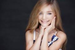 Chica joven feliz en un vestido con el pelo largo Imagen de archivo libre de regalías