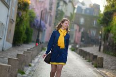 Chica joven feliz en una calle de Montmartre Foto de archivo libre de regalías