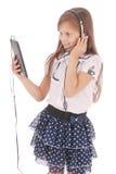Chica joven feliz linda hermosa con los auriculares y PC de la tableta Imagen de archivo