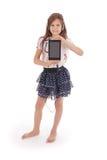 Chica joven feliz linda hermosa con los auriculares y PC de la tableta Fotos de archivo