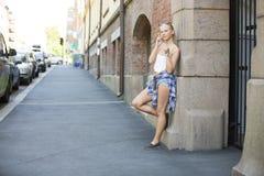 Chica joven feliz natural que habla en el teléfono Imagen de archivo libre de regalías