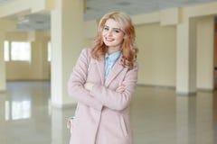 Chica joven feliz que camina en el cuarto en el fondo de la naturaleza Foto de archivo