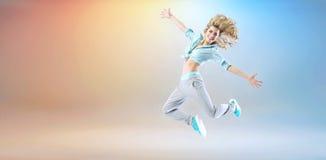 Chica joven feliz que ejercita y que baila Fotos de archivo