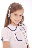 Chica joven feliz que escucha la música Foto de archivo