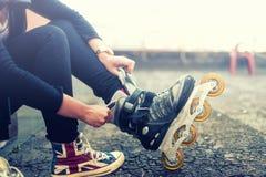 Chica joven feliz que goza de patinaje sobre ruedas Imagenes de archivo