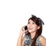 Chica joven feliz que llama por el teléfono Fotografía de archivo libre de regalías