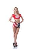 Chica joven feliz que presenta en traje patriótico Fotografía de archivo