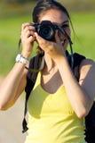 Chica joven feliz que toma las fotos en el campo Fotos de archivo