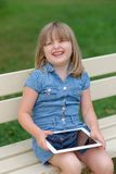 Chica joven feliz que usa la PC de la tableta Fotos de archivo libres de regalías