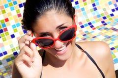 Chica joven feliz sonriente con los vidrios de sol cortados fotos de archivo