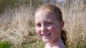 Chica joven feliz y sonrisa Fotografía de archivo libre de regalías