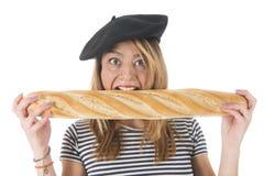 Chica joven francesa con pan típico Imagenes de archivo