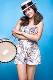 Chica joven fresca en el vestido del verano, sonrisa, estilo retro del perno-para arriba del sombrero con la cesta Cara de la bel Fotos de archivo libres de regalías