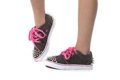 Chica joven fresca que presenta con los nuevos zapatos Imagen de archivo